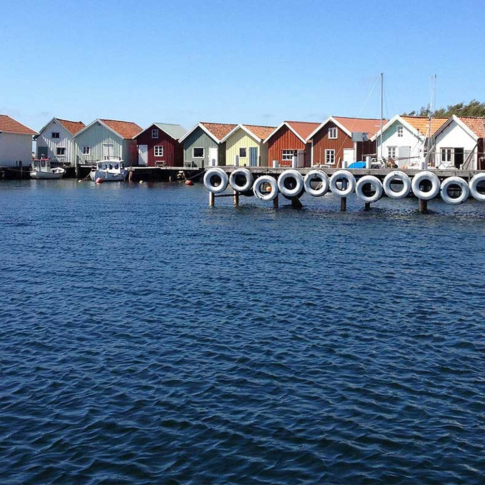 Båthavn med sjø og brygge